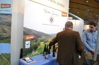 Biologisch-dynamischer Weinbau (demeter). Die dargebotenen Spätburgunder konnten mich nicht überzeugen. Oxidative, braune Färbung, keine klare Linie.