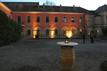 Der Schlosshof bei Dämmerung.