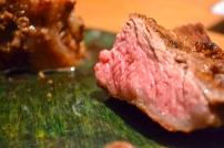 Ein Flanksteak vom Grill. Diesen Cut vom Rind sieht man in Deutschland eher selten. Aber wer ein Stück in die Finger bekommt (z.B. durch vorbestellen beim Metzger) sollte es vagen den Grill anzuschmeißen. Ich bevorzuge sie mit leichter Fettschicht, die man schön knusprig ausbraten kann. Wer es dann noch quer zur Faser und schmal aufschneidet, wird mit einem intensiven & saftigen Rindersteak belohnt.