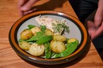 Fisch und Kartoffeln sind allgegenwärtig und günstig. Beides wurde hier in der Pfanne gebraten. Die (ungeschälten - wenn dünnschalig) Bratkartoffeln ergänzte ich mit Kaiserschoten (Kefe) und natürlich - Dill.