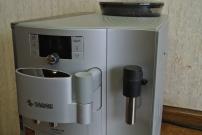 Die wichtigen Teile der Verobar 100. Kaffeeauslauf, Milchdüse, Display, Bedienung und Bohnenbehälter.