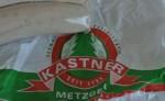Logo der Metzgerei Kastner an Weißwurst