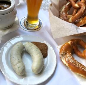 Weißwurst mit süßem Senf, Bretzel und Weißbier