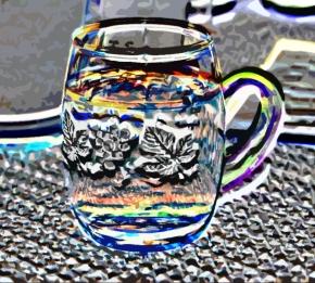 Abstrahiertes Bild einer Weinschorle im Henkelglas.