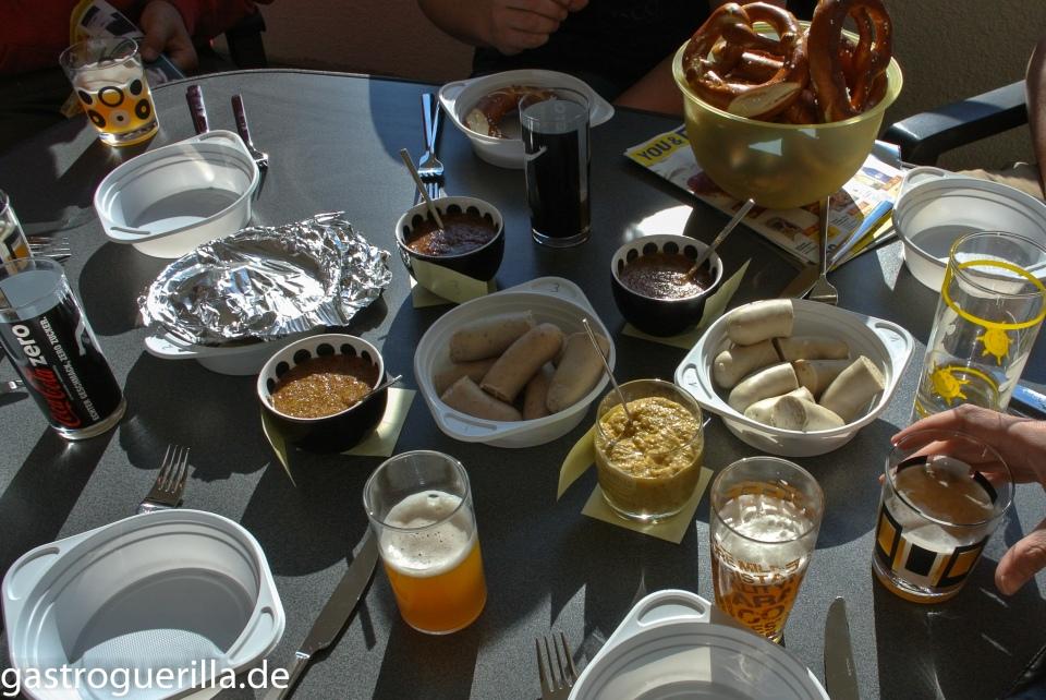 Weißwurst, Senf und Weißbier auf Tisch