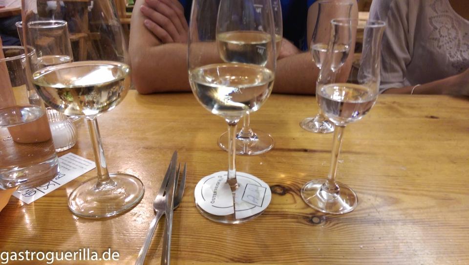 Gläser mit Bränden und Wein