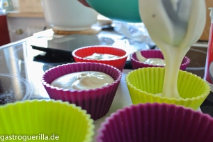 Die Creme aus weißer Schokolade, Sahne und Quark in die Förmchen füllen.